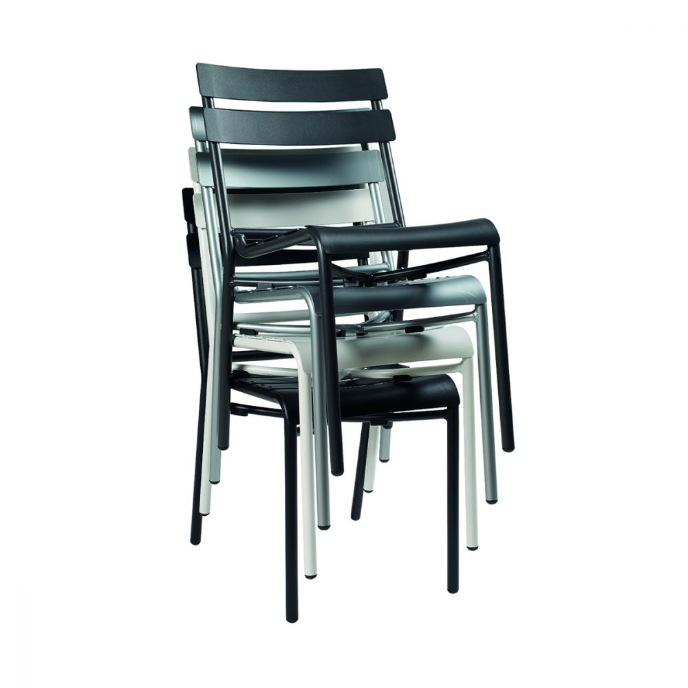 sillas versalles apiladas