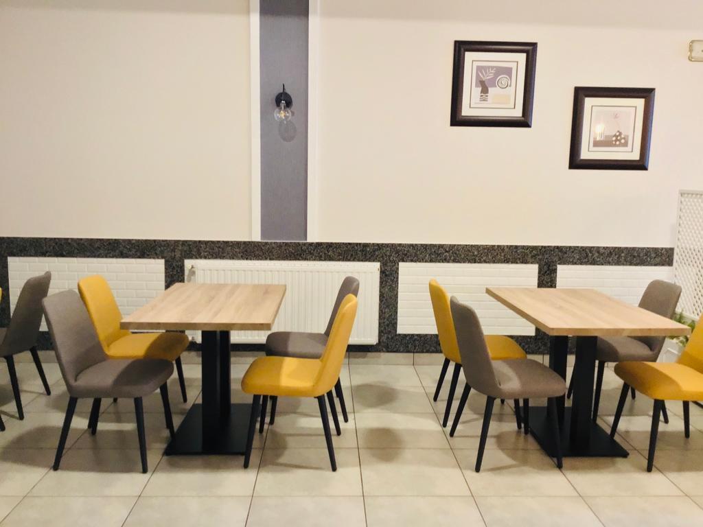 Instalación con sillas murano en mesa.