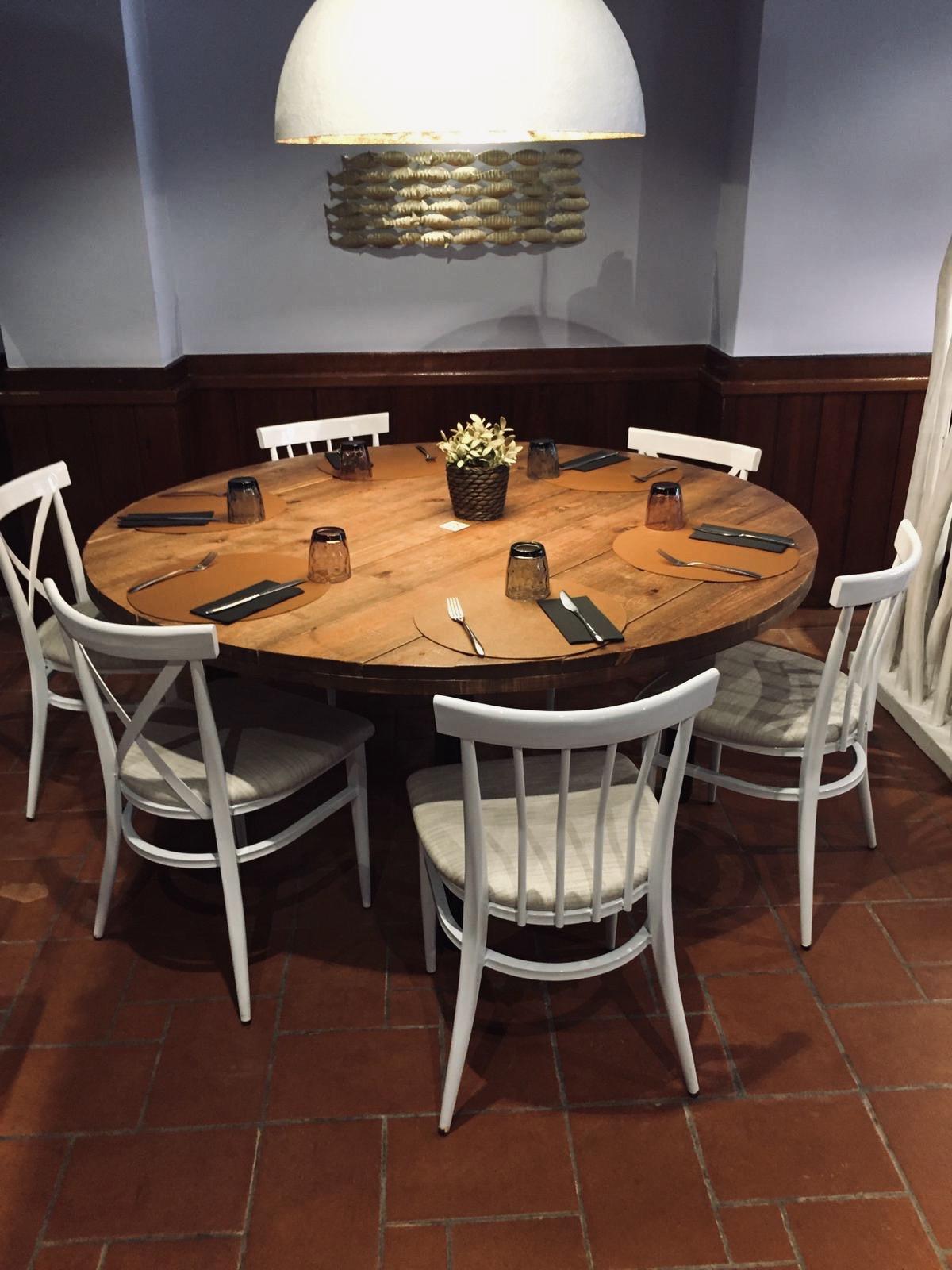 instalación de sillas báltimore blancas en mesa redonda REYMA