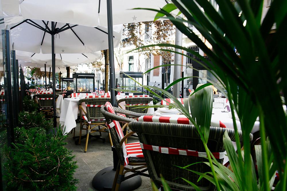 instalación de terraza con sillones paris volcan y cojin